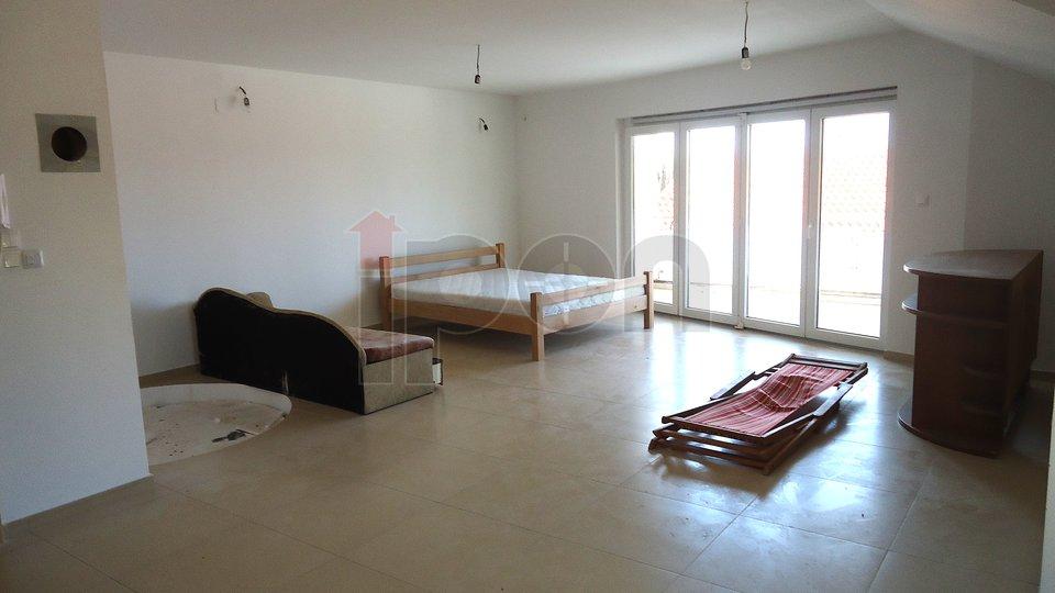 Malinska, vrlo atraktivni i komforni stanovi ili apartmani sa liftom i garažom!