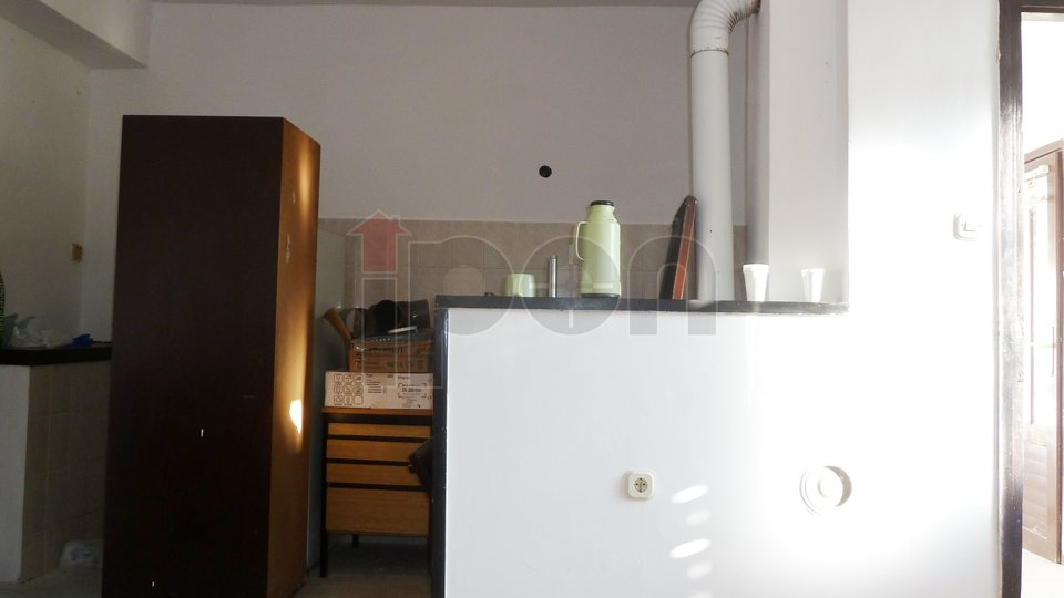 Trsat-Kačjak, primorska starina sa okućnicom, mirna lokacija okružena zelenilom!