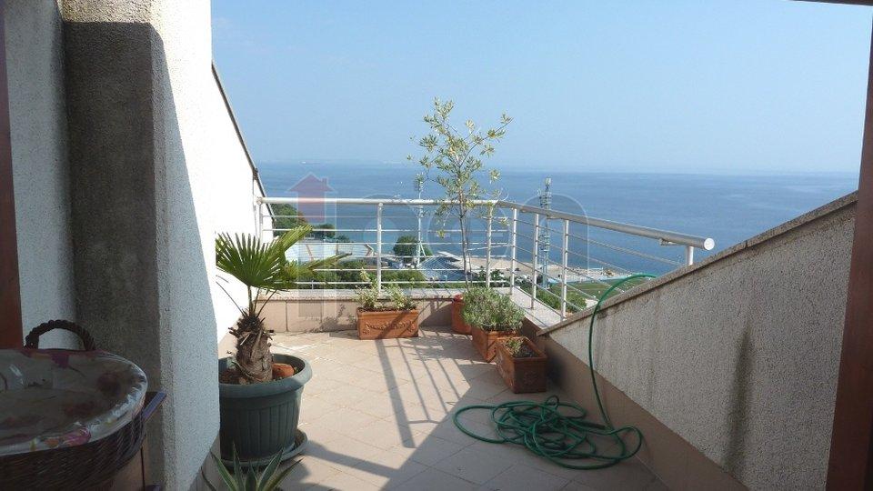Kantrida, luksuzan dvoetažni stan u zgradi novije gradnje, na mirnoj lokaciji, balkon i terasa, otvoren pogled, garaža