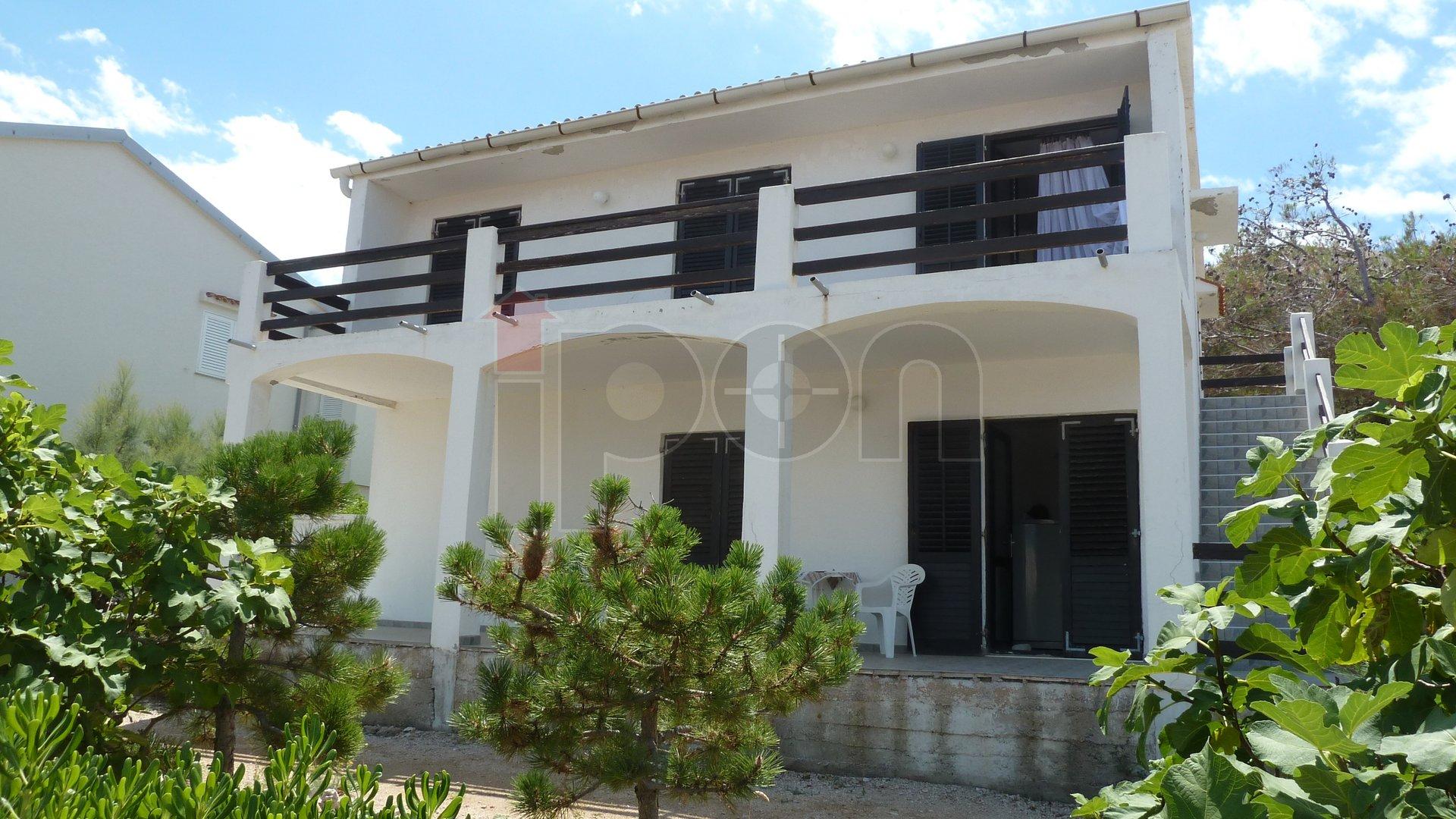 Pag, smostojeća kuća sa dva stana, panoramski pogled, blizina plaže, mirna lokacija!