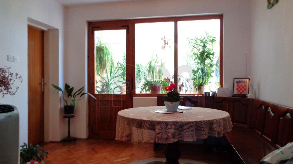 Jadranovo, samostojeća kuća sa tri stambene jedinice+app u dvorišnoj kućici