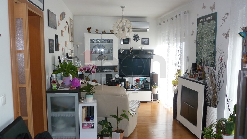 Hosti, dvoetažni stan u novijoj zgradi, s panoramskim pogledom i pripadajućom garažom!
