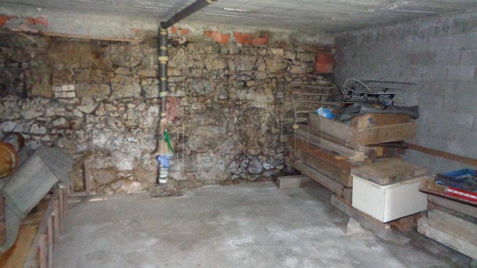 Stari Laz, lijepa kuća sa garažom i velikom okućnicom. Samo u našoj ponudi !