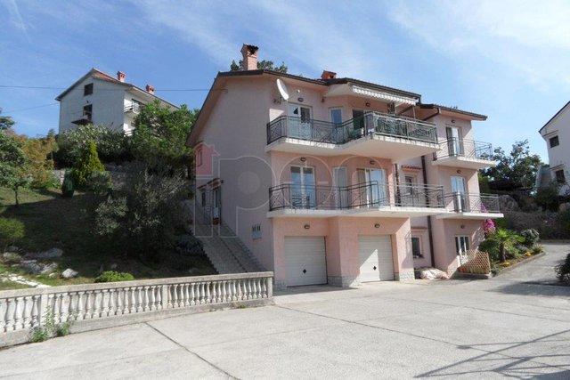 Rubeši-Ćikovići, kuća sa dva stana, sportskim terenima i lokalom. Mogućnost zamjene !