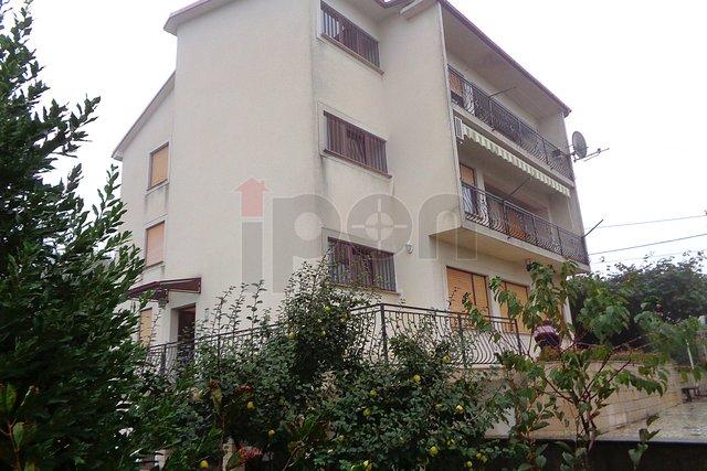 Marinići, kuća sa 4 stana i velikom okućnicom