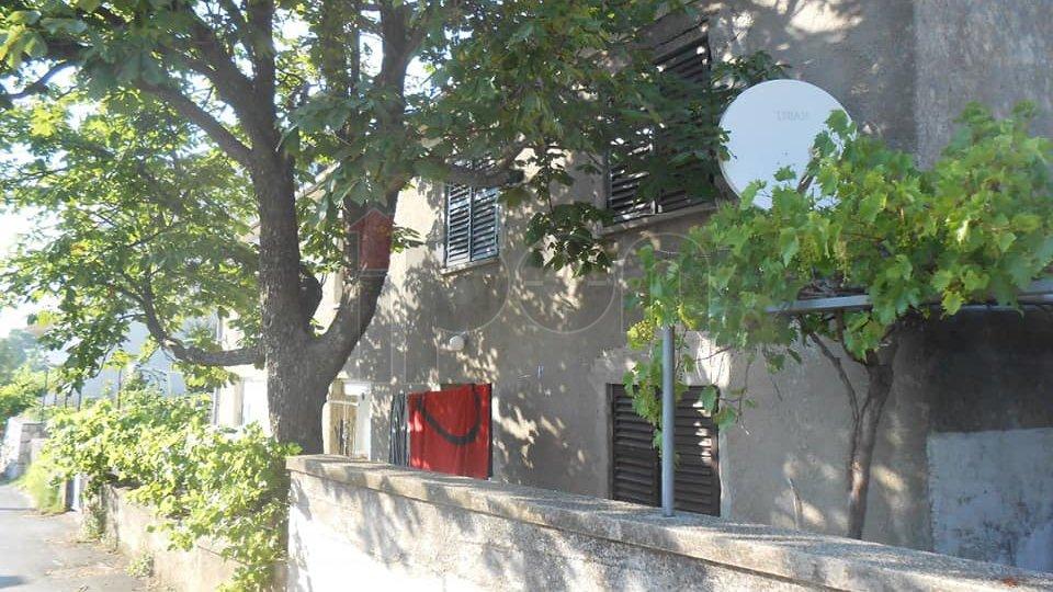 Hreljin, uređena primorska kuća sa dva stana. Prilika !