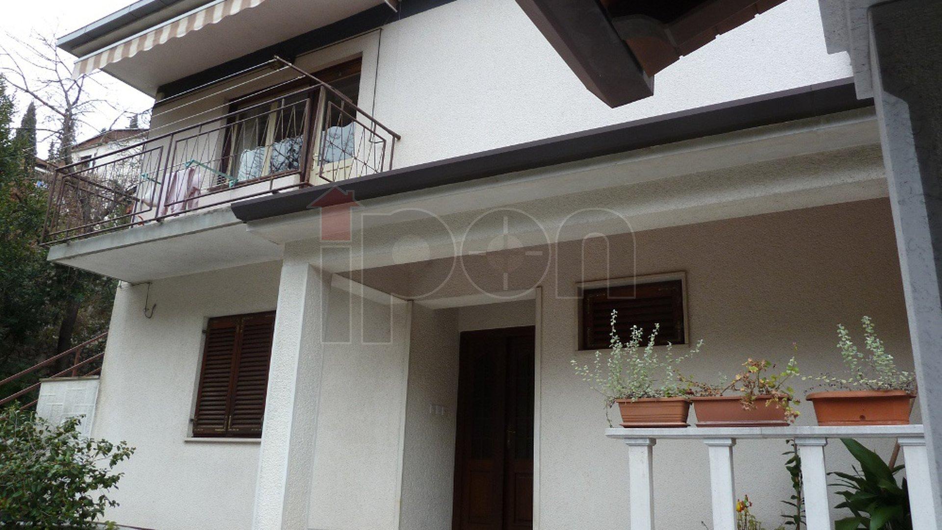 Bivio, elegantna samostojeća kuća površine 250 m2 sa 2 odvojena stana,    u blizini plaže!