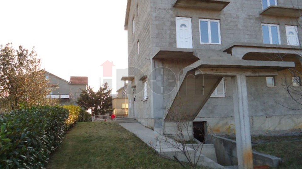 Drenova, samostojeća kuća sa tri stan u roh-bau stanju, hitno i povoljno!