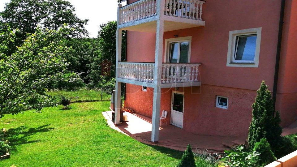 Saršoni, samostojeća kuća sa dva stana, na rubu zelene zone, ugodna lokacija!