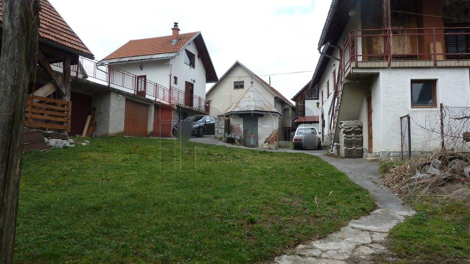 Lukovdol, imanje sa gospodarskim zgradama i voćnjakom!