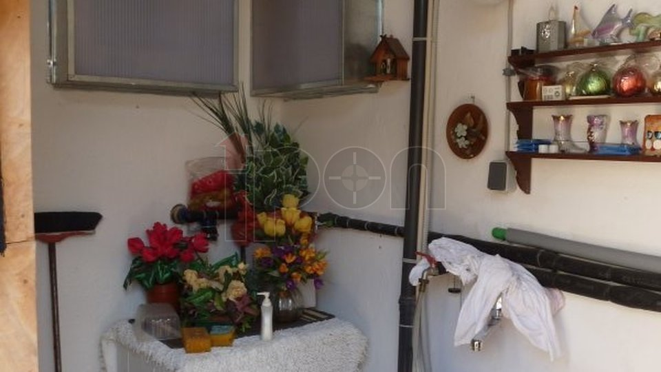 Volosko, lijepo održavan manji stan, 1S+DB, balkon jug, panoramski pogled na more, garaža dvije konobe, vrt, provizija u cijeni!