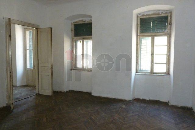 Rijeka, Centar, gospodski stan, balkon, velika terasa, pogodan za investiciju!