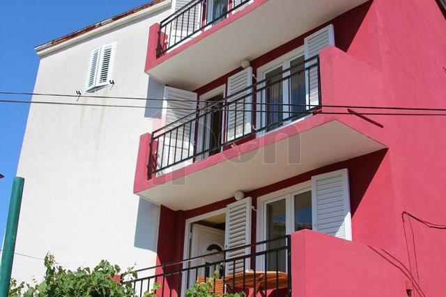 Cres, okolica, tipična primorska kuća s dva apartmana, balkon, pogled na more, parking, neposredna blizina plaže!