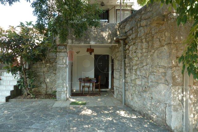 Krk, okolica, samostojeća primorska starina, sa velikom terasom