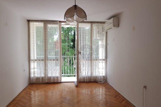 Turnić, stan 2S+DB + radna soba, 2. kat, loggia, potrebno uređenje, vrlo dobra lokacija!