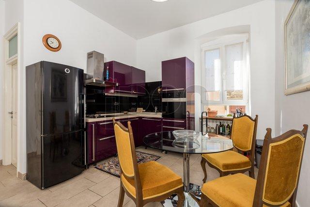 Centar-Sušak, kvalitetno adaptiran  i namješten građanski stan 3S+DB, s balkonom, niži kat!