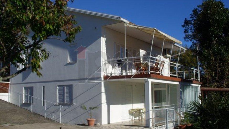 Pobri, kuća na dvije etaže s garažom i ljetnom kuhinjom