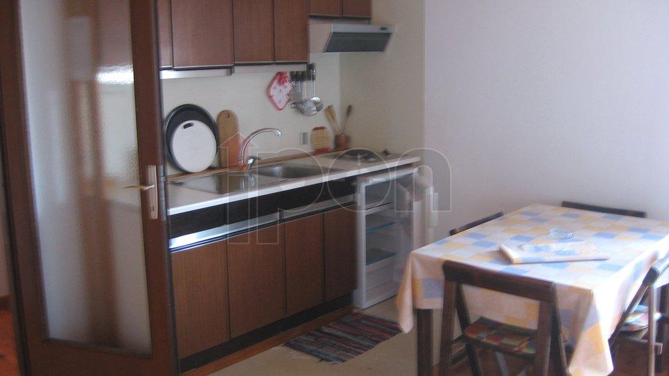 Malinska, samostojeća kuća sa 2 stana i 5 apartmana, 400 metara udaljena od mora, uporabna dozvola