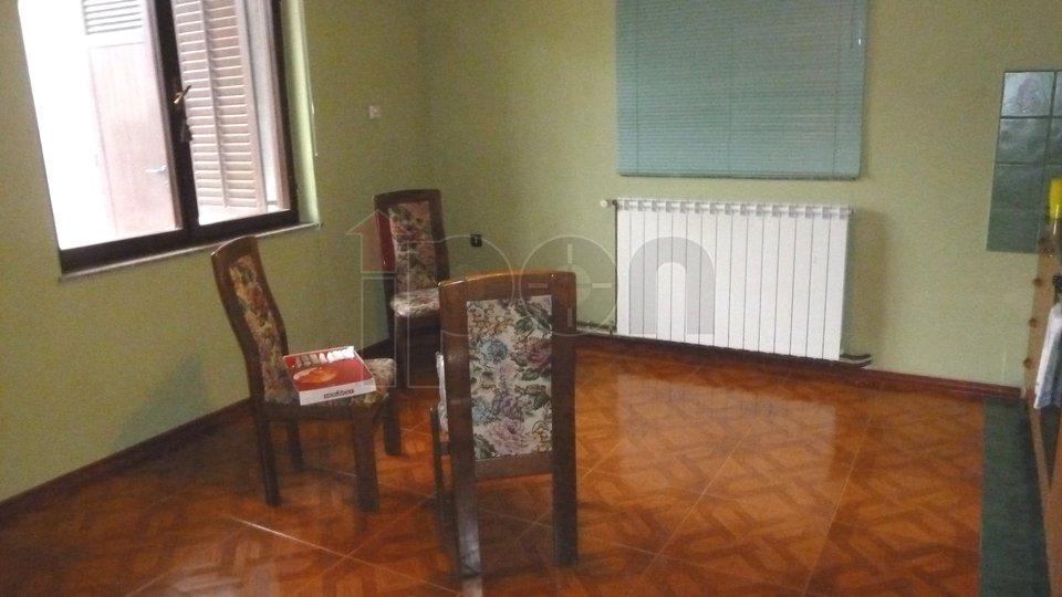 Pobri, komforni stan u prizemlju sa velikom terasom, mirna lokacija!