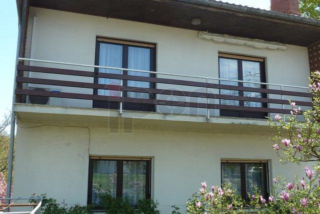 Jurdani, kuća sa dva odvojena stana, 2 garaže i okućnicom od 1380 m2