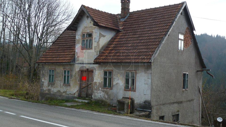 Moravice, stara samostojeća kuća za adaptaciju sa 1000 m2 okućnice